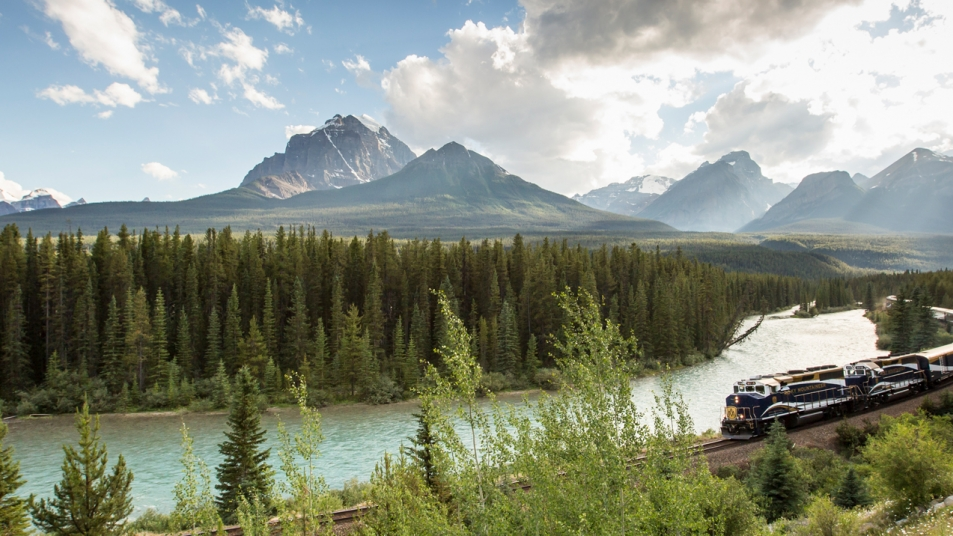 Rocky Mountaineer along Morant's Curve in bBanff National Park